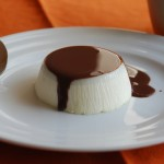 Panna cotta alla vaniglia su salsa di cioccolato