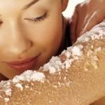 Pelle morbida con lo scrub al sale